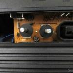 Trimpot de ajuste de matiz no Atari 2600 da Polyvox, modelo com fonte embutida e joysticks destacáveis