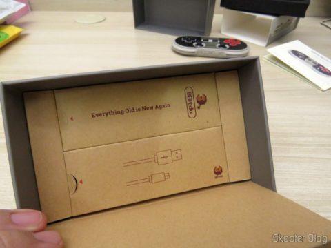 As Caixinhas do Chaveiro e do cabo USB que acompanham o 8Bitdo Crissaegrim NES30 PRO