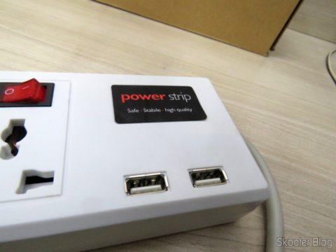Portas USB no Filtro de Linha com 6 Tomadas Universais, 2 USB, e Interruptores Individuais