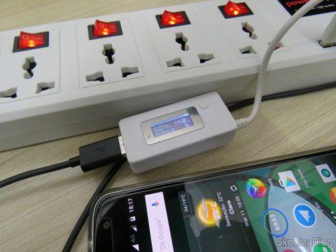 Teste de tensão e corrente na porta USB do Filtro de Linha com 6 Tomadas Universais, 2 USB, e Interruptores Individuais