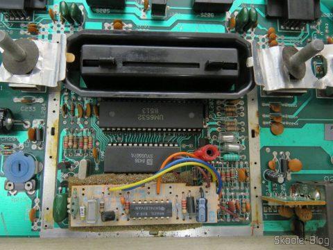 A plaquinha de transcodificação para PAL-M da Polyvox, colada em cima do TIA