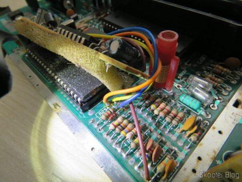 Pontos de solda da plaquinha de PAL-M da Polyvox na placa do Atari 2600.