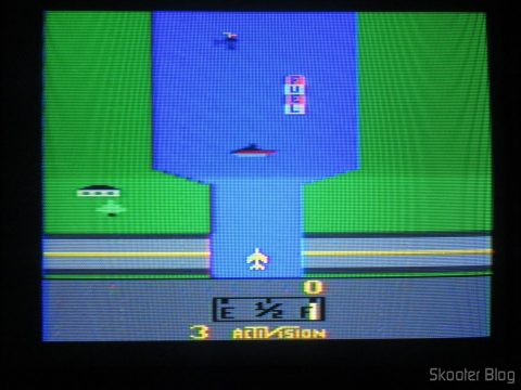 River Raid, no Atari 2600 em fase de-transcodificação.