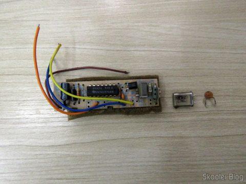 A plaquinha PAL-M, o oscilador PAL-M e o capacitor, os elementos removidos da placa até agora
