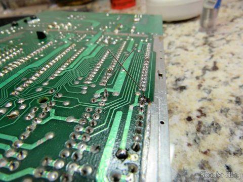 Instalando o resistor de 820 ohms na posição R234 do Atari 2600.