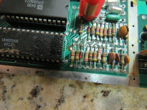 Placa do Atari 2600 com o resistor de 820 ohms já soldado na posição R234.