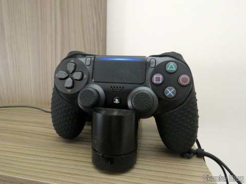 O novo DualShock 4 carregando no carregador oficial da Sony.