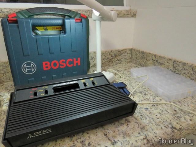 A carcaça do Atari 2600 e a Parafusadeira, tudo pronto para começar.