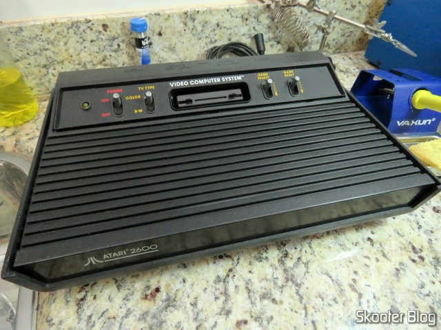 Fechando o Atari 2600 após as modificações.