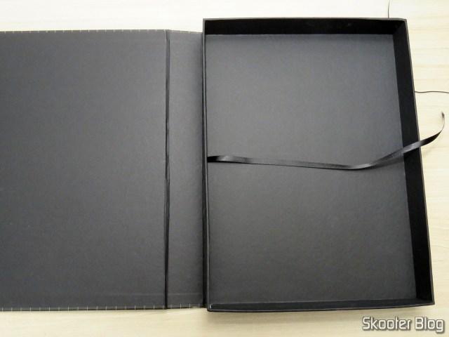 A caixa do livro Mega Drive Definitivo substituta, com a fitinha bem presa.