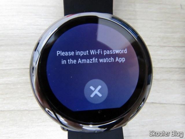 Amazfit Pace pedindo para eu colocar a senha do WiFi no celular.