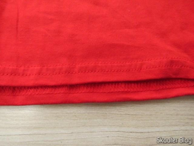 Detalhe da Costura da Camiseta de Algodão com Logotipo da Atari.
