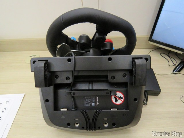 Parte de baixo do Volante de corrida Driving Force Logitech G29.