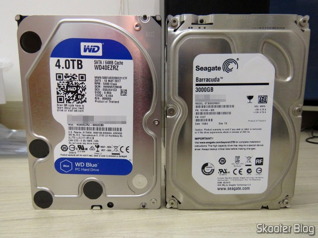 "HDD Western Digital Blue 4TB SATA 3.5"" ao lado do finado Seagate de 3TB."