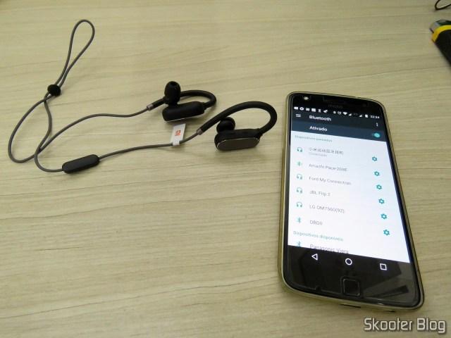 Xiaomi Bluetooth Sport Earbuds, conectado ao Moto Z Play.