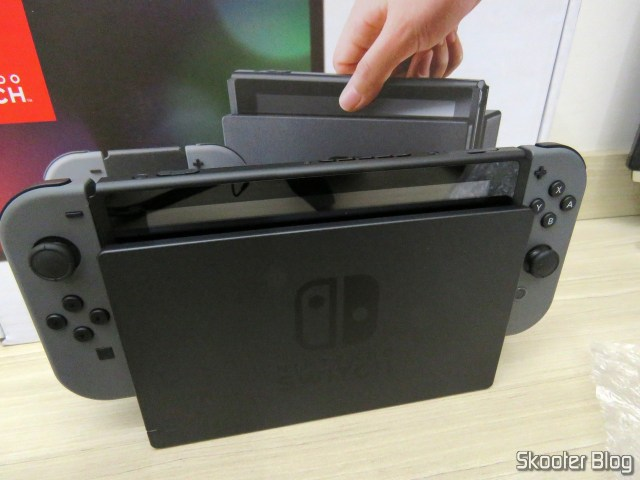 Nintendo Switch com Joy-Con acoplado e no dock.