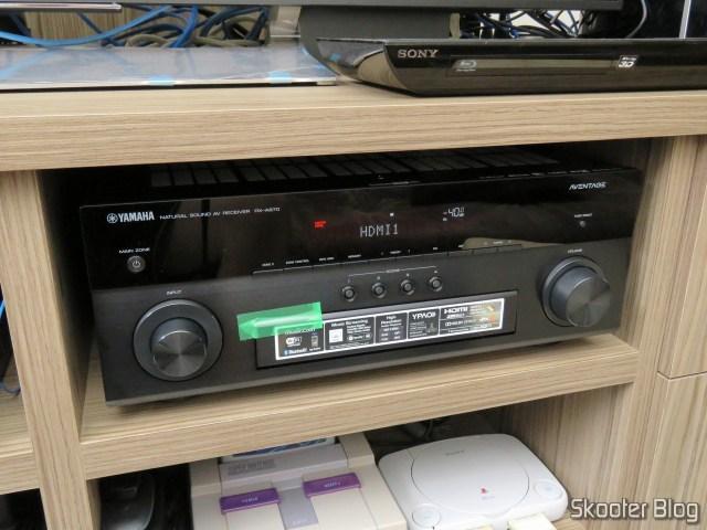 Receiver Yamaha Aventage RX-A870, em funcionamento.