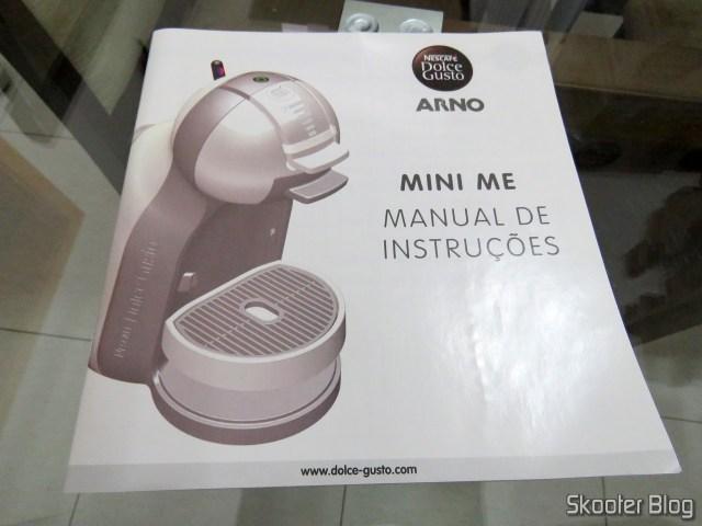 Manual de Instruções da Cafeteira Nescafé Dolce Gusto Mini Me Preta, em sua embalagem.A Cafeteira Nescafé Dolce Gusto Mini Me Preta.