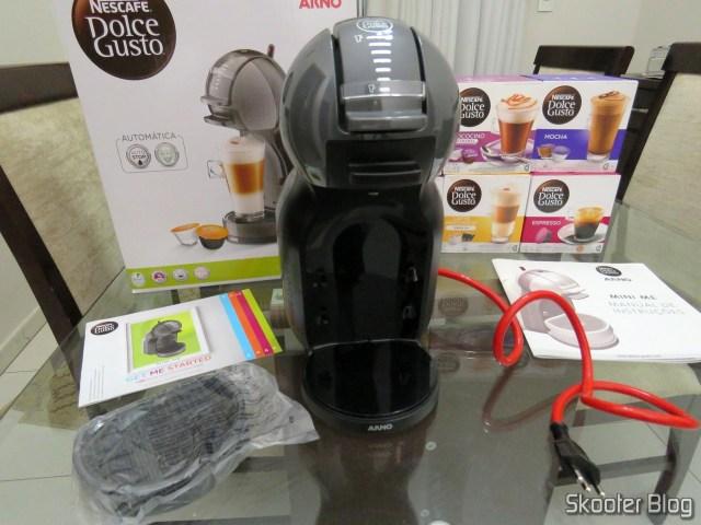 Cafeteira Nescafé Dolce Gusto Mini Me Preta, em sua embalagem.A Cafeteira Nescafé Dolce Gusto Mini Me Preta.