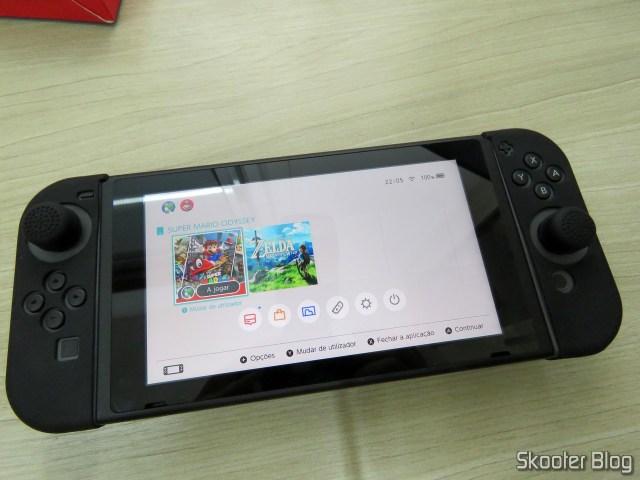 The Nintendo Switch, com as Capas de Silicone para Joy-Con KJH e thumb grips.