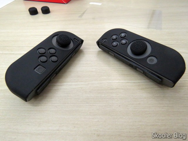 Os Joy-Con do Nintendo Switch, com as Capas de Silicone para Joy-Con KJH e thumb grips.