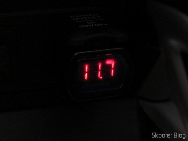 Medidor de Tensão (Voltímetro) de Bateria Automotiva com display LED, em funcionamento.