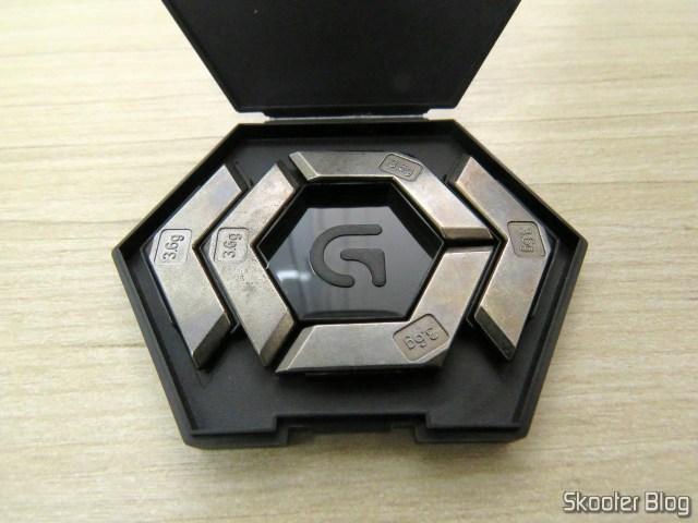 Caixinha com os pesos que podem ser colocados no Logitech G502 Proteus Spectrum RGB Tunable Gaming Mouse.