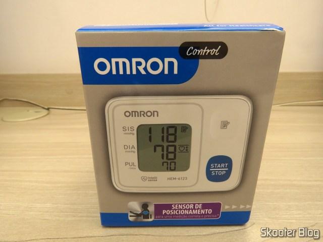 Aparelho de Pressão Omron Automático de Pulso HEM 6123, em sua embalagem.