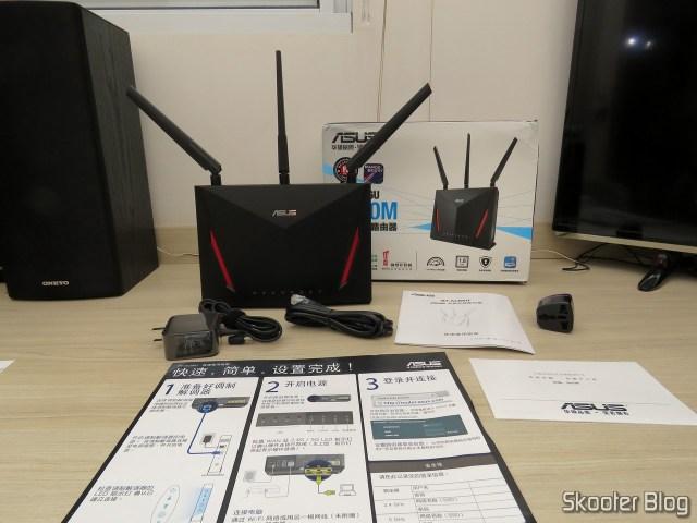 Roteador ASUS RT-AC86U e seus acessórios.