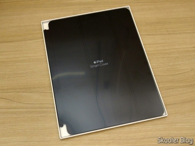 Apple iPad Smart Cover 2018 Cinza Carvão MQ4L2ZM/A, em sua embalagem.