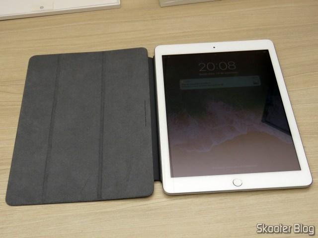 Apple iPad Smart Cover 2018 Cinza Carvão MQ4L2ZM/A, no iPad.