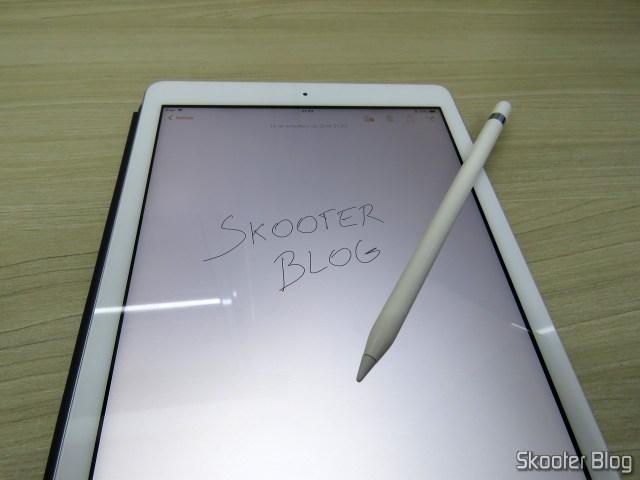 Apple Pencil para iPad em funcionamento.