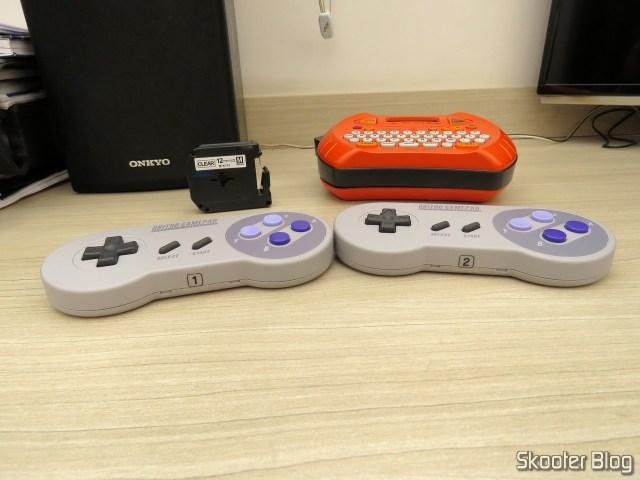 Adesivos impressos com a Fita para Rotulador Brother Transparente 12mm M-K131, colados nos 8bitdo SNES30 GamePad.