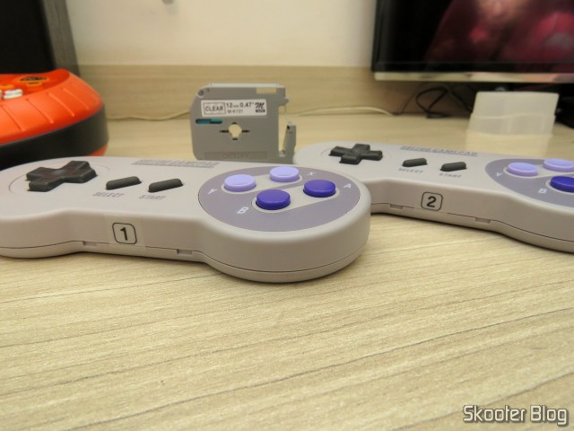 Printed labels with the tape p/labeler M131 12 mm black on Transparent Brother (REF. M131), stuck in SNES30 of 8bitdo.