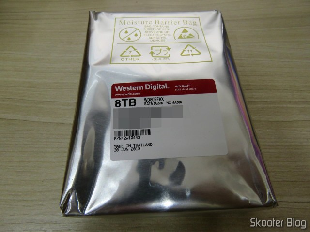 """Western Digital Bare Drives WD Red 8TB NAS Hard Disk Drive - 5400 RPM Class SATA 6 GB/S 256 MB Cache 3.5"""" (WD80EFAX), em sua embalagem."""