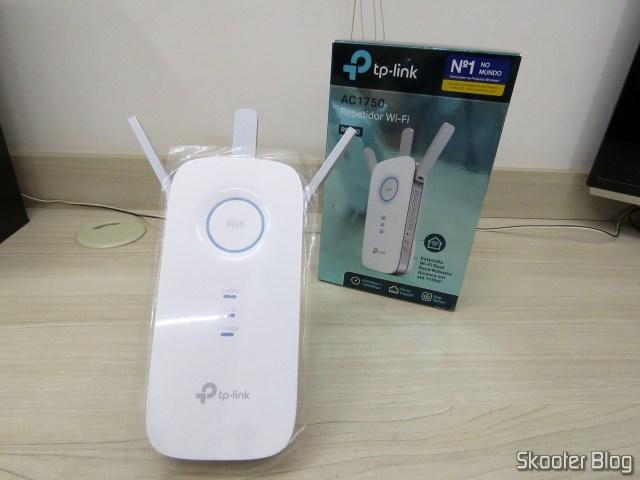 Repetidor Wi-Fi TP-Link AC1750 RE450, e sua embalagem.