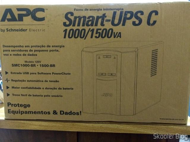 Nobreak inteligente Smart-UPS C da APC, de 1500 VA e 120 V, Brasil - SMC1500-BR, em sua embalagem.