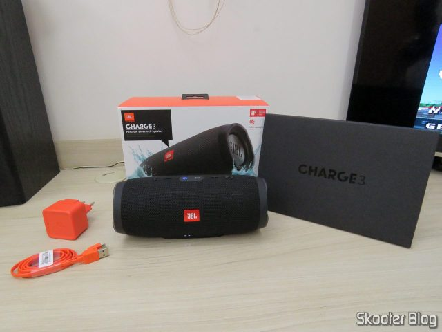 Caixa de Som Bluetooth Portátil JBL Charge 3, embalagem e acessórios.