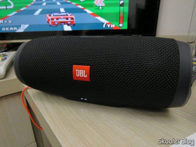 Caixa de Som Bluetooth Portátil JBL Charge 3, em funcionamento.Caixa de Som Bluetooth Portátil JBL Charge 3, em funcionamento.