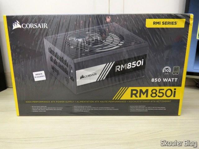 Fonte de alimentação Corsair RMi Series™ RM850i, em sua embalagem.