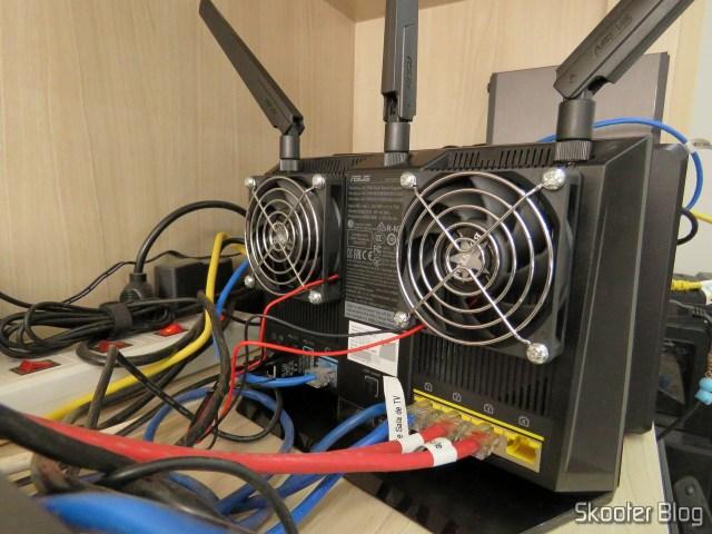 Roteador ASUS RT-AC86U em funcionamento, após a instalação dos ventiladores.