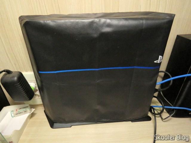 2º Suporte de Montagem Vertical para Playstation 4 (stand) instalado no meu Playstation 4, com capa.