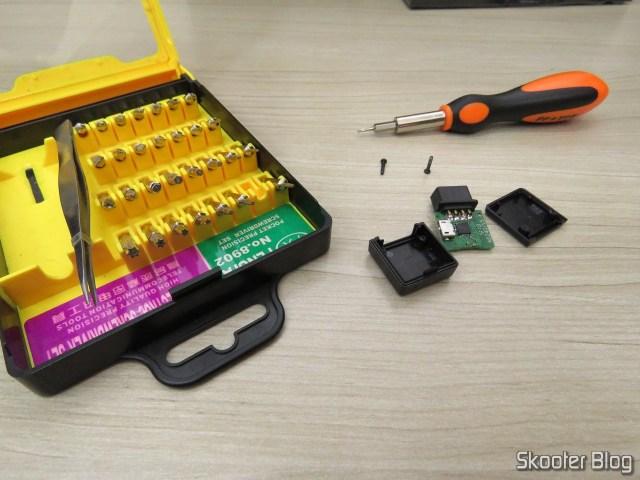 Abrindo o receptor do 8BitDo M30 para fazer o upgrade de firmware.