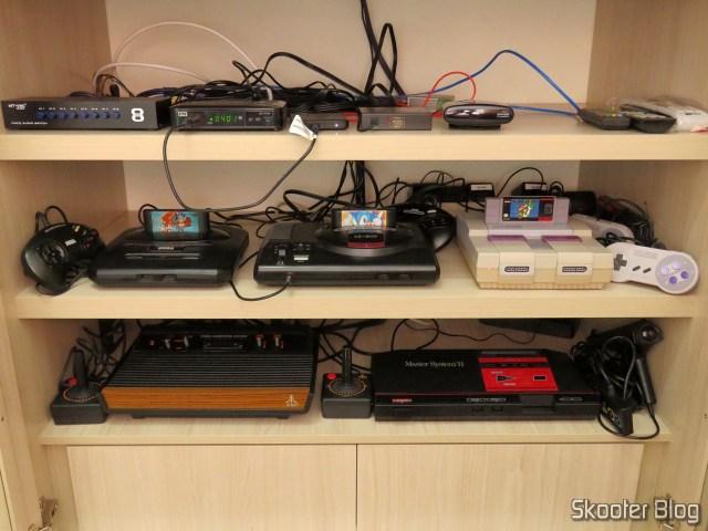 O Sega Genesis foi para a TV CRT, deixando seu lugar para o Analogue Mega Sg na TV da sala.