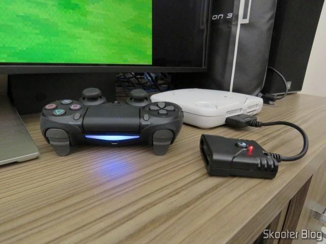 Adaptador de Controle Playstation PS3/PS4 para PS2/PS1/PC Brook Game Controller Super Converters Magic Box P2-BL, em funcionamento com o Playstation One e o Dualshock 4.