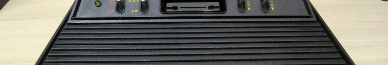 Atari 2600, recebendo uma boa limpeza.