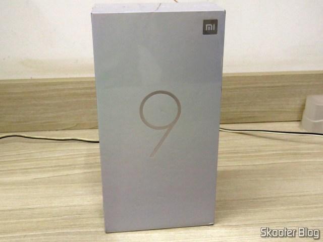 Smartphone Xiaomi Mi 9 6GB RAM 128GB ROM Versão Global, em sua embalagem.
