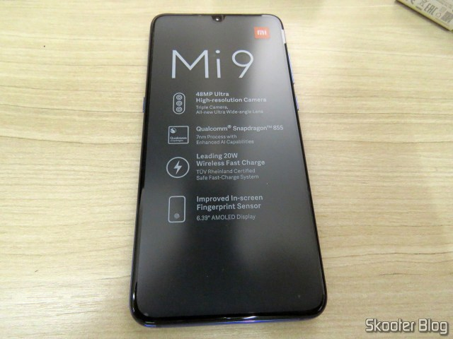 O Xiaomi Mi 9, even with the protective seal on the screen.