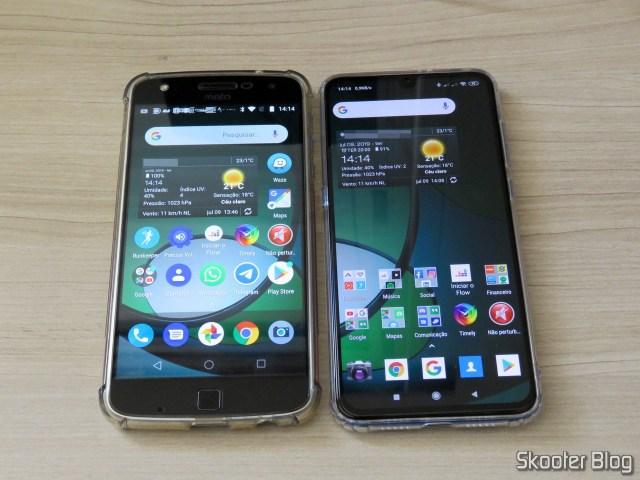 O Xiaomi Mi 9 em funcionamento, ao lado do Moto Z Play.