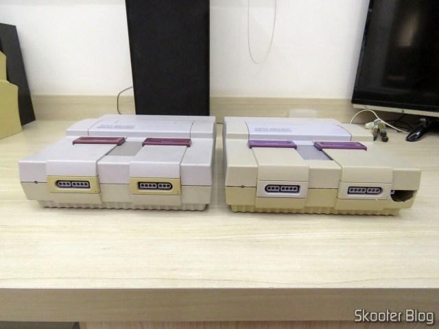 Os dois Super Nintendo, já montados com as partes corretas.